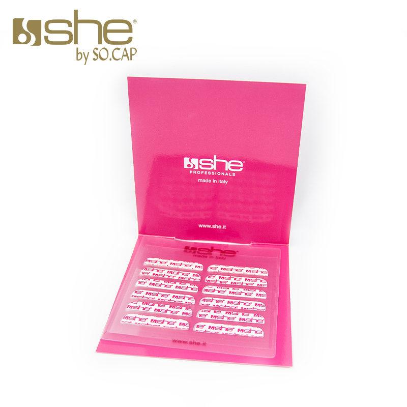 Detalhe das tiras adesivas da marca She